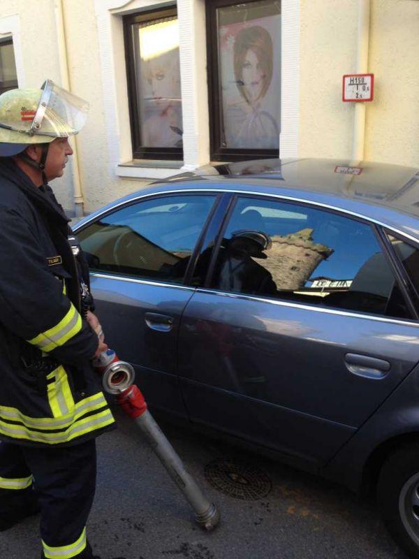 Autofahrer parkt auf dem Hydrant
